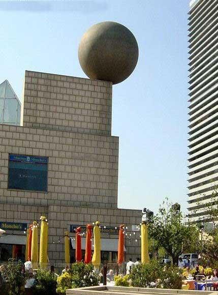 Edificio decorado con bola