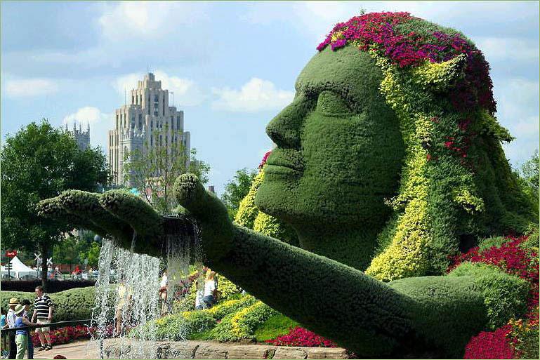 Estatua con plantas